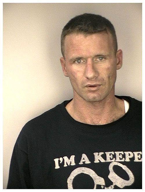 Aresztowani w ironicznych koszulkach 56
