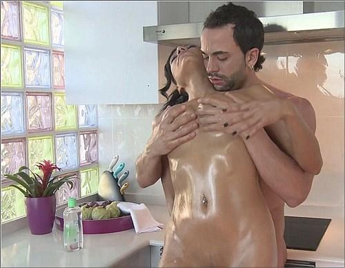 Lara Tinelli - Aceitosos en la cocina - SomosLaLeche/Leche69 - (2012/HD/720p/520 Mb)