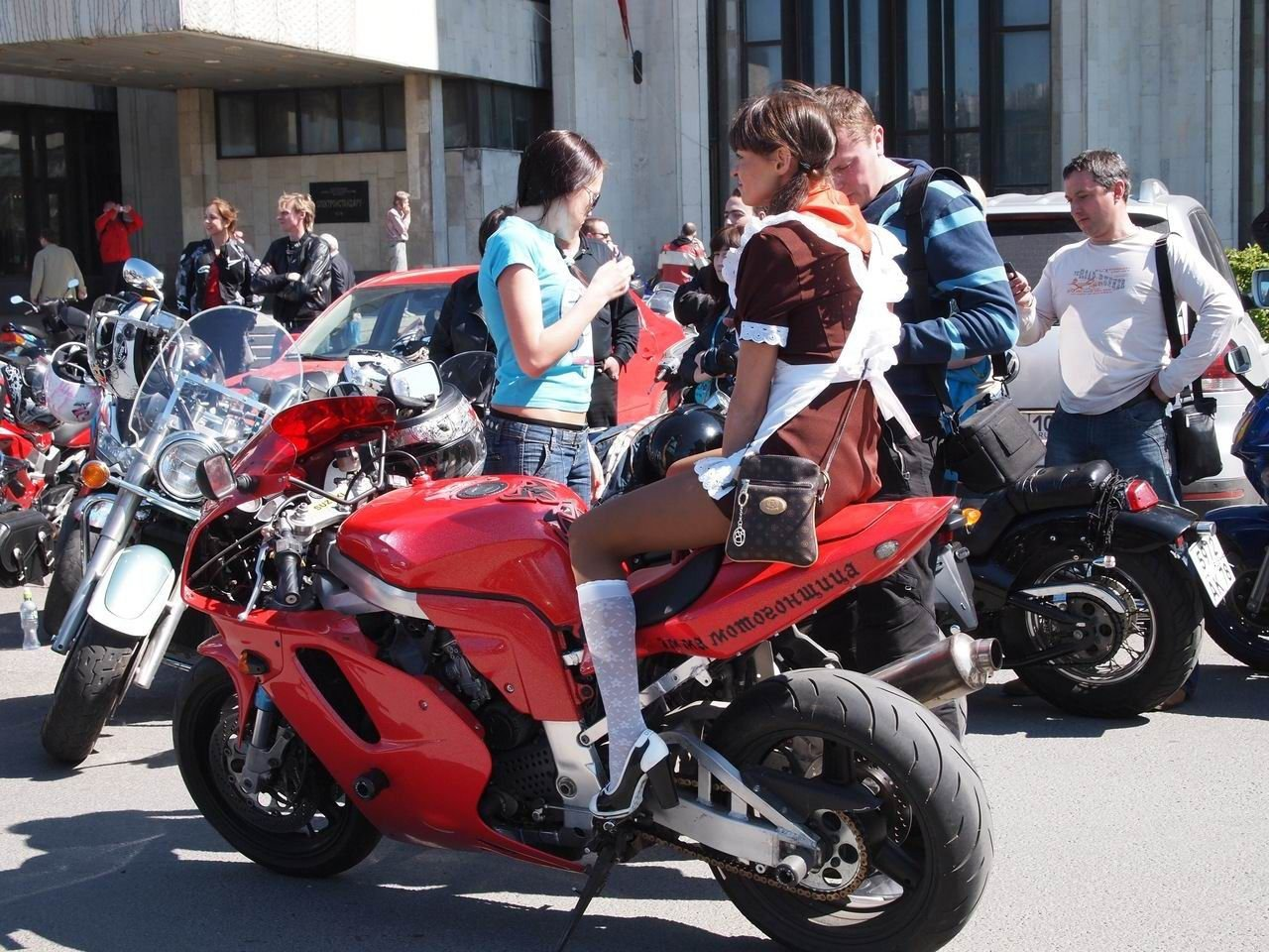 Charakterystyczna motocyklistka 4