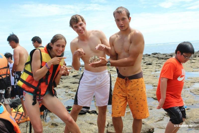 Wir mit einem Kugelfisch auf Penghu