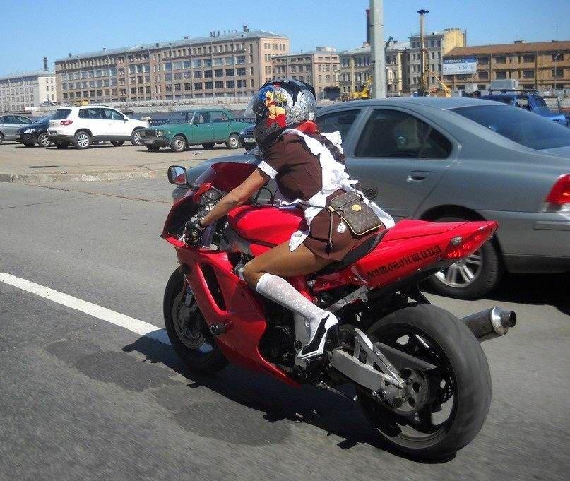 Charakterystyczna motocyklistka 15