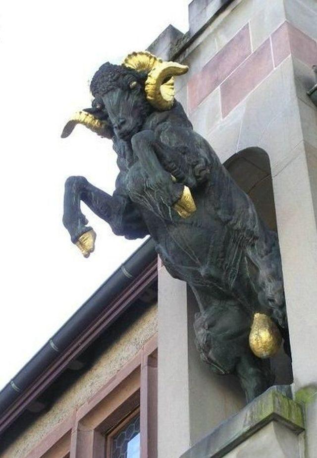 Nietypowe rzeźby i pomniki 39